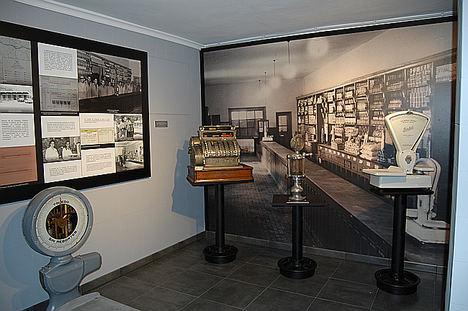 La historia de los economatos laborales ya tiene su espacio expositivo en el Centro de Experiencias y Memoria de la Minería del Pozo Sotón de HUNOSA