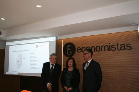 De izda. a dcha.: Valentín Pich, Cristina Herrero y Carlos Alonso de Linaje.