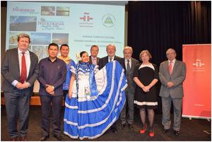 El Excelentísimo Sr. Embajador de Nicaragua con los asistentes al acto.