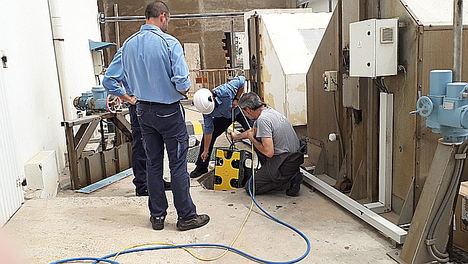 Introducción del robot en los canales de entrada a bombas de agua de mar.