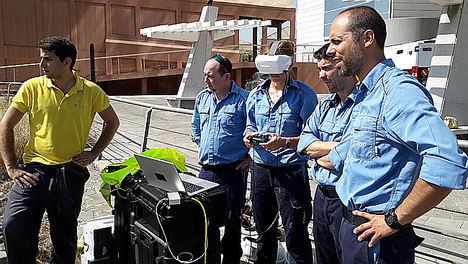 Pilotando el robot mediante las gafas de realidad virtual mientras un observador controla la pantalla.