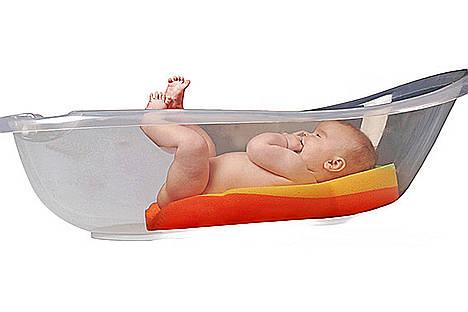 Una empresa española lanza una almohadilla para proteger a los bebés durante el baño