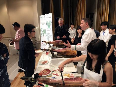 Más de un centenar de profesionales nipones participan en el XII Seminario de Cortadores de Jamón en Japón