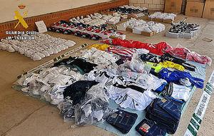 La Guardia Civil y Policia Local intervienen más de 400 falsificaciones de calzado y prendas deportivas