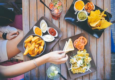 El 54% de los españoles cambia su alimentación en verano y el 26% engorda más de 5 kilos