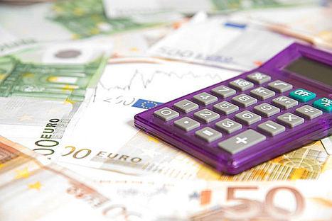 La brecha salarial se ensancha en 100 euros y las mujeres ya cobran casi 4.900 euros menos que los hombres