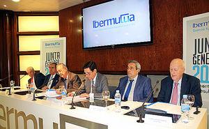 En el centro, Juan Roca Guillamón y Heraclio Corrales Romeo, presidente y director general de Ibermutua, respectivamente, en la presentación de los resultados de la Entidad durante el pasado ejercicio, junto a otros miembros de la Junta Directiva.