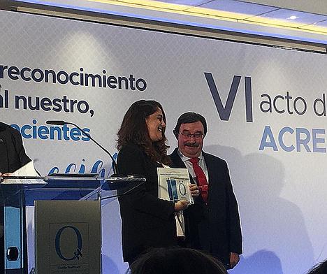 Patricia López Moreno, subdirectora general adjunta y directora ejecutiva de Servicios de Ibermutua, en el momento de recibir la acreditación mejorada a su calidad asistencial.