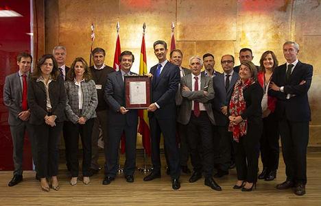 El Director General de IFEMA, Eduardo López-Puertas, junto al equipo de Seguridad, Personas y RSC, recibieron el certificado por Pablo Corróns, Director de Marketing Sectorial y de Producto de AENOR.