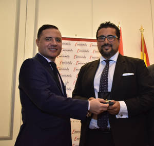 Ignacio de Jacob y Gómez, Presidente-Fundador del Instituto para la Excelencia Profesional, hace entrega a Ignacio Collado, director general de Imagine Events, de la