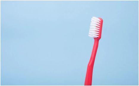 ¿Cómo limpiar los implantes dentales?
