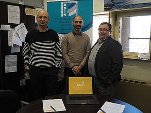 Los dos fundadores de sprai, Eudald Aymerich Jou y Toni Arrebola, junto al secretario general de ADIN, Miquel Guarner, tras la firma del convenio.