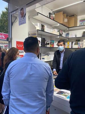 El Excmo. Embajador de Nicaragua en España, D. Carlos Midence en la Feria del Libro.