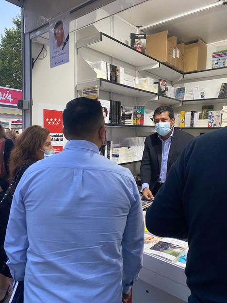 El Embajador y académico Carlos Midence en la feria del libro de Madrid