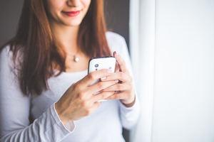 Las mujeres que toman la iniciativa tienen el triple de posibilidades que los hombres de recibir respuesta en las apps para conocer gente