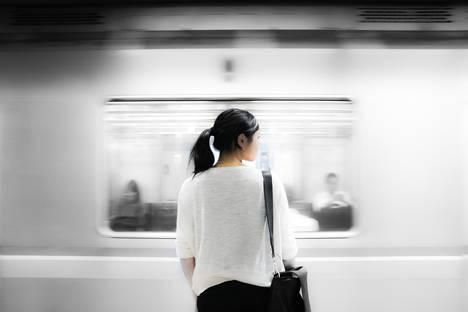 En España, son necesarios una media de 15.000 euros para lanzar un negocio y se demuestra que las mujeres empresarias afrontan un trato desfavorable ante los prestamistas tradicionales