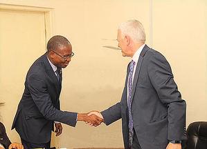 Chukwudi Nga, jefe de Educación y Formación de CIS, con Simon Culhane, CEO de CISI.