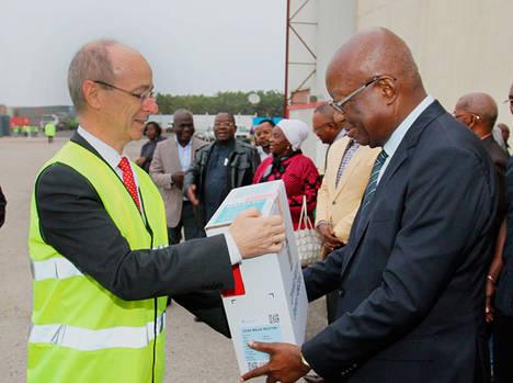 Entrega del último lote de INDRA de material electoral, en el Aeropuerto 4 de febrero.