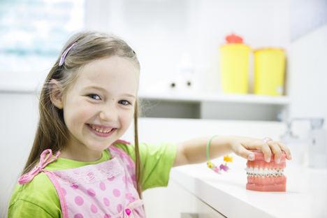 Los odontopediatras pacenses recomiendan la primera visita al dentista al cumplir el año
