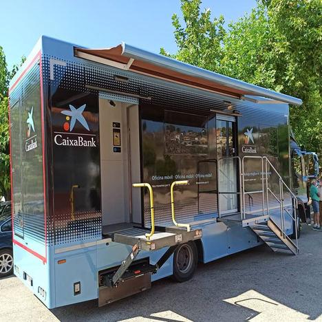Las oficinas móviles de CaixaBank prestan servicio a 270.000 personas de más de 430 municipios y son clave para evitar la exclusión financiera en las zonas rurales