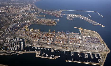 FVET pide a las terminales del Puerto de València que abran las 24 horas para evitar el colapso del efecto Suez