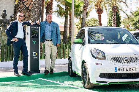 smart y Endesa inauguran la primera red de carga publica para poder recorrer Ibiza en coche eléctrico