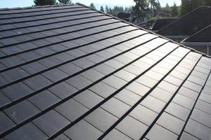 Una innovadora teja con modulo solar PV integrado, una solución idónea para captar energía solar mediante tejas en la cubierta de tu edificio