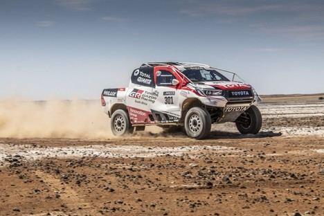 Fernando Alonso prueba el Toyota Hilux ganador del último Rally Dakar