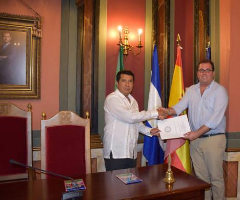 Visita del Embajador de Nicaragua, D. Carlos Midence, a Trujillo